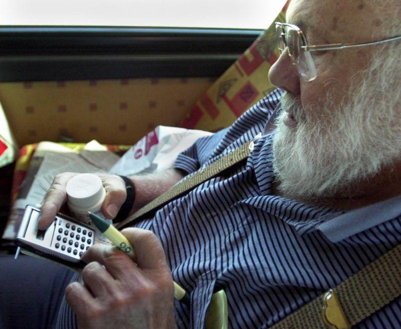 Winnipeg, Manitoba, Weds., 23 de julio de 2003 - Hugh Kurtzman, 74 años de Minnetonka, calcula sus ahorros sobre los medicamentos recetados que compró en Canadá en Family HealthCare MediMart Pharmacy & Home Care Supplies en Winnipeg. Kurtzman regresó al autobús para hacer sus cálculos mientras otros miembros del grupo que viajaban en el Rx Express de la Federación Senior de Minnesota desde Anoka a Canadá compraron sus drogas. Kurtzman dijo que se dio cuenta de los mayores ahorros en metformina, un medicamento que toma para la diabetes. Ahorrará $ 200 al año solo con eso. (Foto por JOEY MCLEISTER / Star Tribune vía Getty Images)
