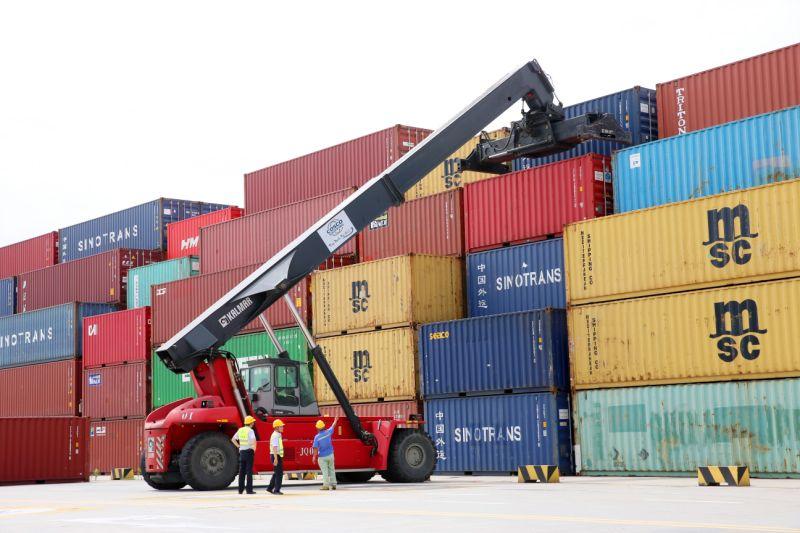 NANTONG, CHINA - 18 DE JULIO: Una grúa transfiere un contenedor de envío en el área del puerto de Tonghai el 18 de julio de 2019 en Nantong, provincia de Jiangsu de China. El PIB de China se expandió un 6,3 por ciento interanual en el primer semestre de este año, según la Oficina Nacional de Estadísticas del lunes. (Foto de Xu Congjun / Visual China Group a través de Getty Images)