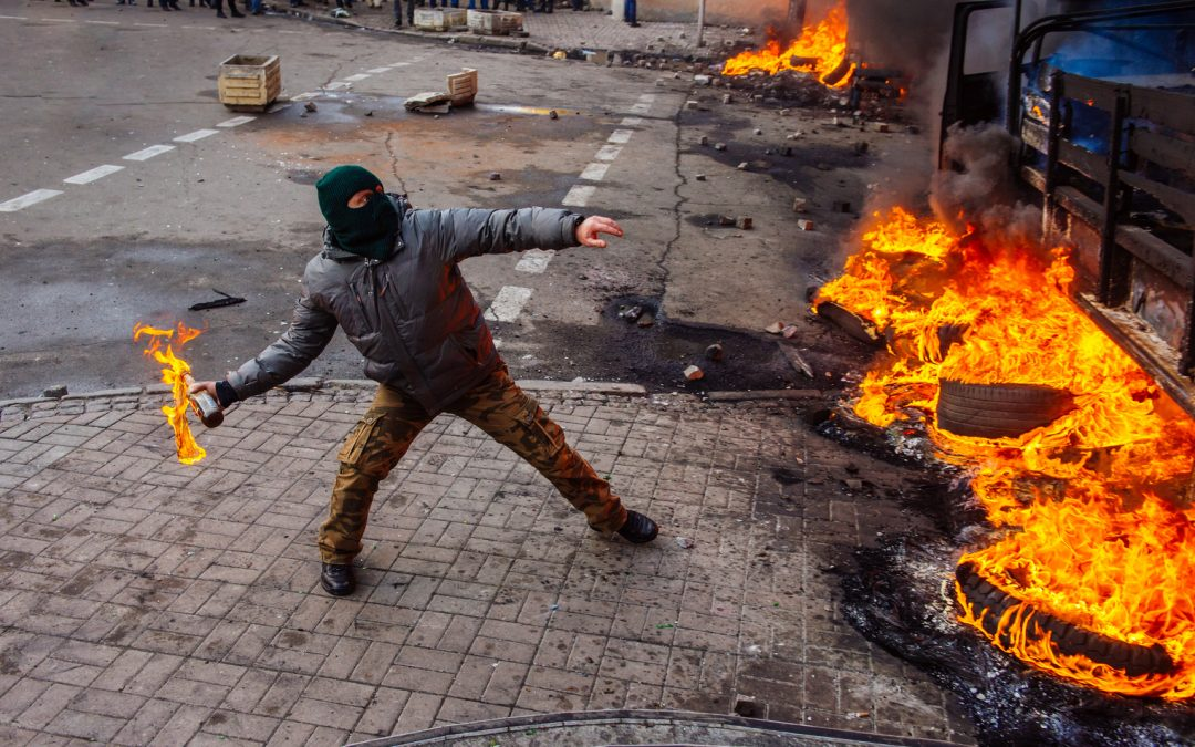 Las bajas tasas de interés están aplastando a los jóvenes y alimentando disturbios mundiales