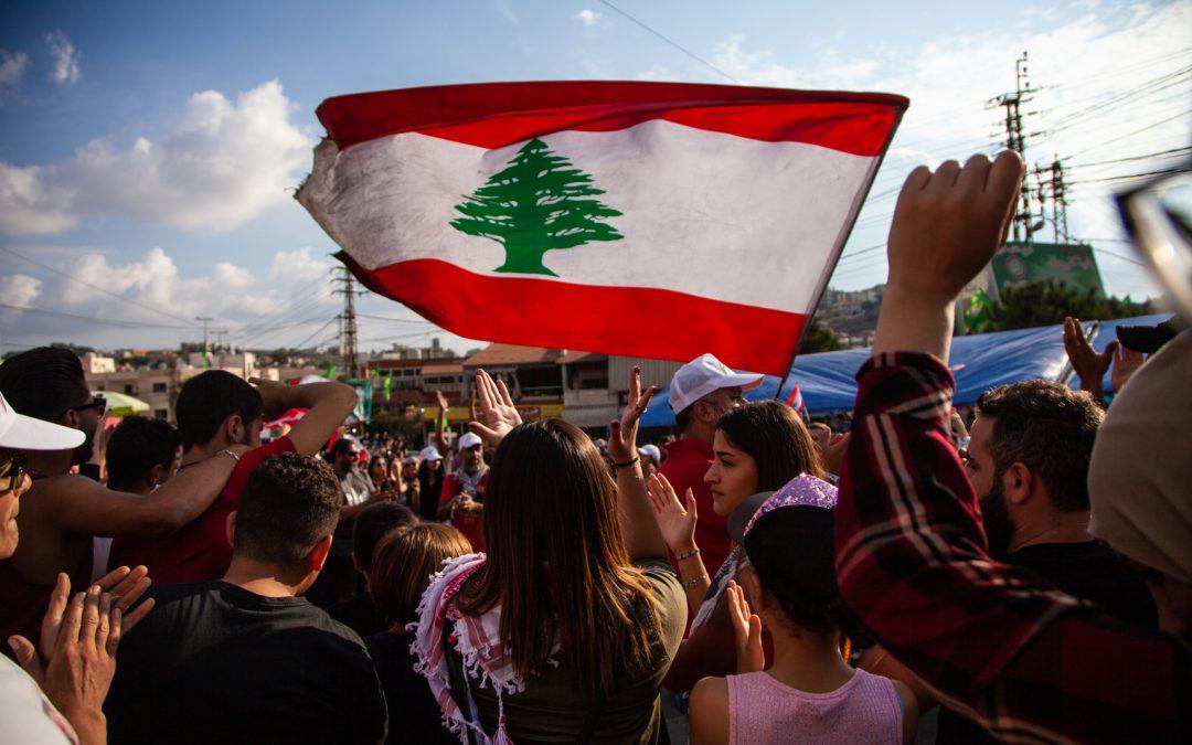 Manifestantes libaneses se reúnen en el Banco Central mientras continúa el bloqueo financiero