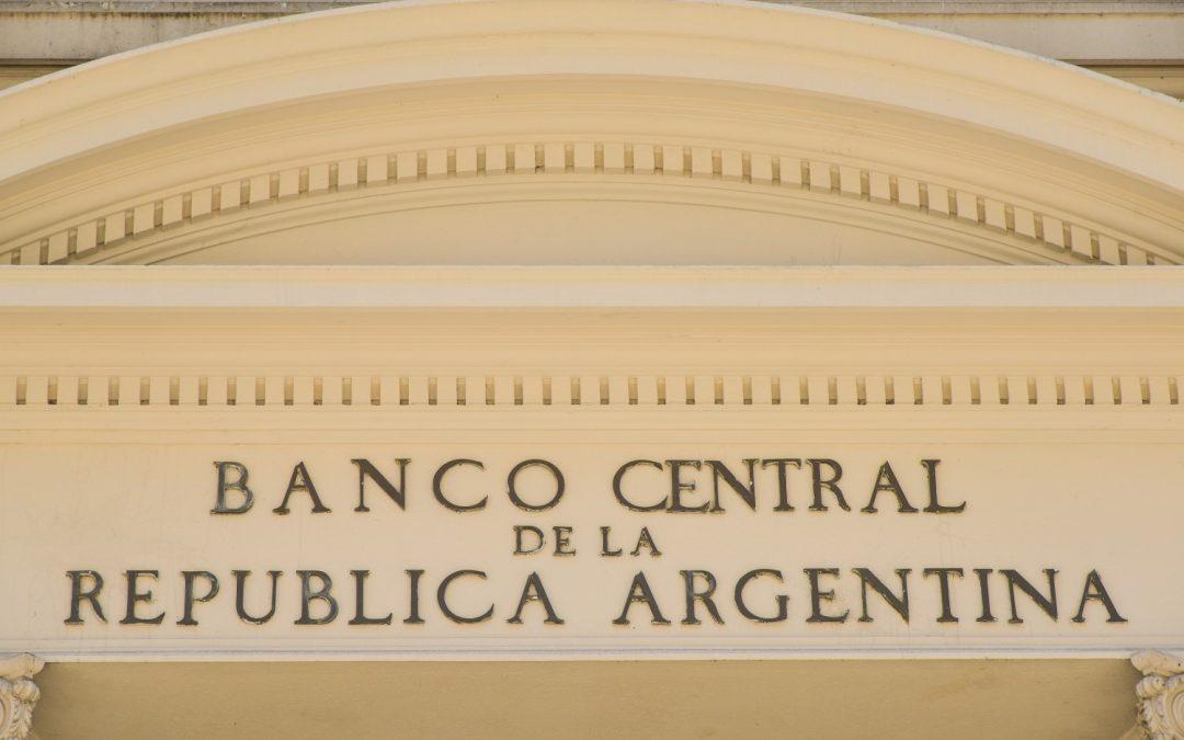 Argentina impone además controles de capital; reduce drásticamente los límites de compra en USD a $ 200 por mes