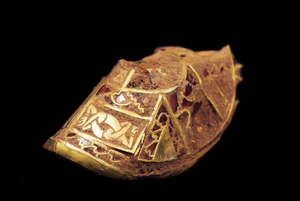 La colección, incluida esta espada de oro con granate con incrustaciones, se vendió por más de £ 3 millones