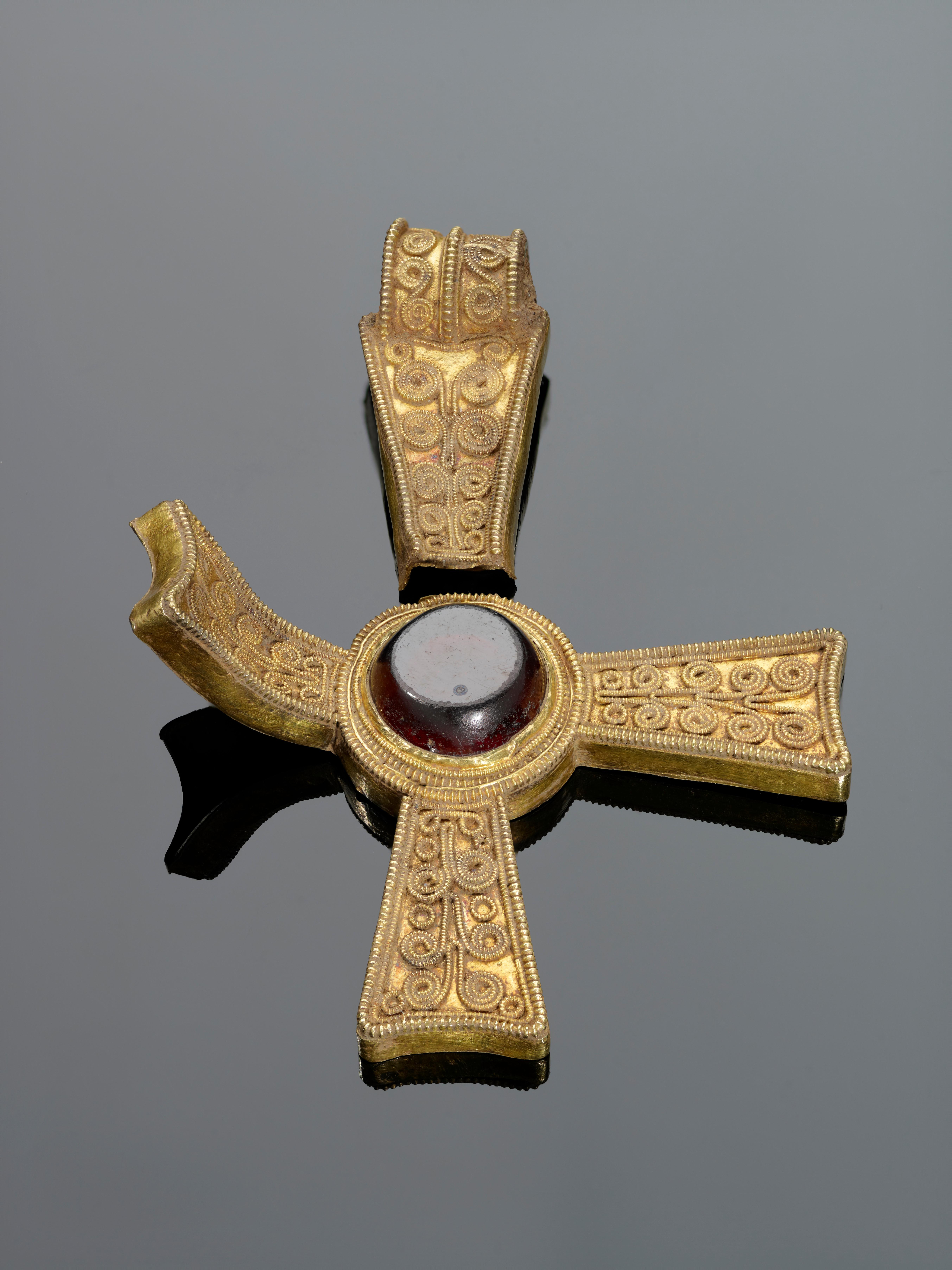 Una cruz procesional que podría ser un emblema de buena suerte para la batalla