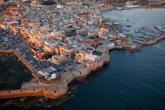 Foto desde arriba del faro del antiguo pueblo pesquero de Akko / Acco / Acre, Israel al atardecer.