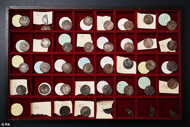 El acarreo de monedas incluye dos mentas raras, monedas hechas en lugares específicos, incluyendo Melton Mowbray en Leicestershire y una menta no registrada anteriormente en Louth en Lincolnshire