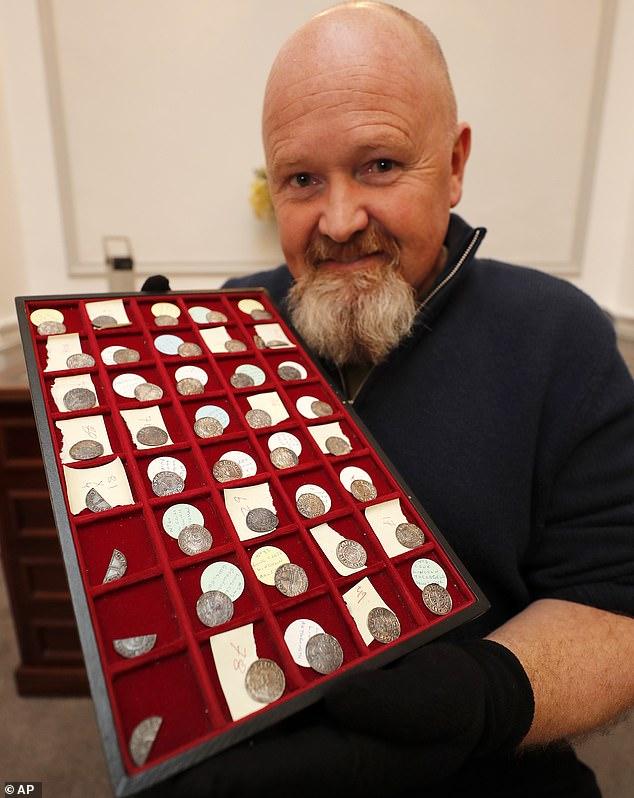 El constructor (en la foto con las monedas) se llevará a casa la mitad de los 90,000 £ en efectivo que las monedas de plata obtuvieron