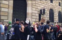 Ocupar manifestantes de Wall Street fuera de la Reserva Federal de Nueva York, 17 de septiembre de 2012