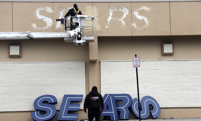 Fuera de los grandes almacenes Sears uno día después de su cierre