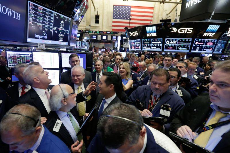 Gobernador de la Bolsa de Nueva York Rudy Maas, izquierda, dice precios durante g La salida a bolsa de MGM Growth Properties en el piso de la Bolsa de Nueva York, miércoles 20 de abril de 2016. Los índices bursátiles de EE. UU. se mezclan estrechamente en las primeras operaciones en Wall Street a medida que los inversores absorben la última ronda de informes de ganancias de la compañía. (Foto AP / Richard Drew)