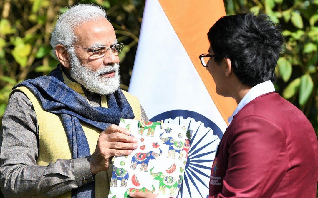 El primer ministro indio Modi premia al joven emprendedor por la aplicación de criptomonedas