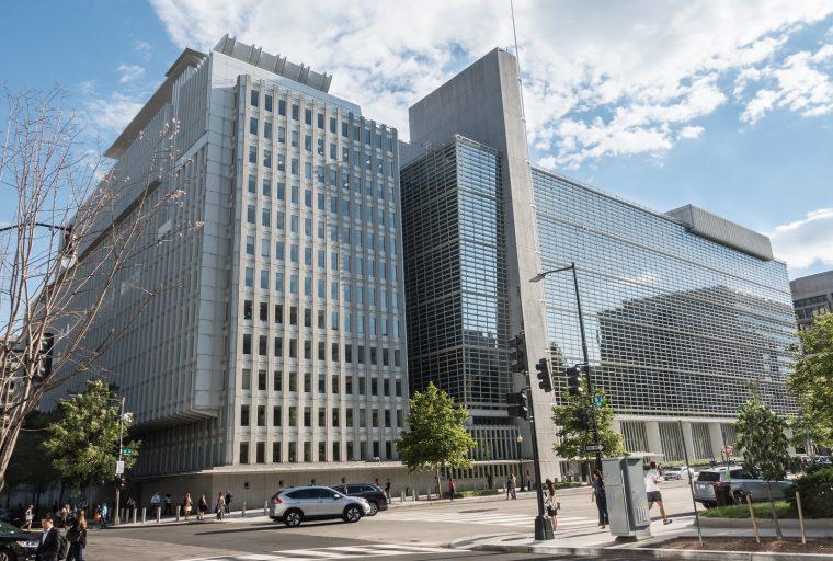 Las bajas tasas de interés brindan protección precaria contra la crisis, advierte el Banco Mundial