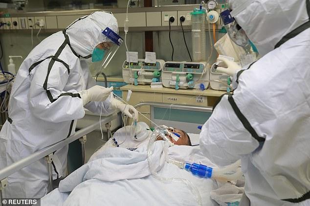 . Regresó a Chicago el 13 de enero, pero no mostró síntomas hasta varios días después. En la imagen: el personal médico con trajes protectores trata a un paciente con coronavirus en el Hospital Zhongnan en Wuhan, el 27 de enero
