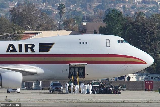 El miércoles, un vuelo de evacuación con 195 estadounidenses a bordo aterrizó en la Base de la Reserva Aérea March en Riverside , California (en la foto)