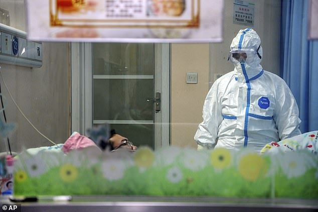 Más de 8,000 personas en todo el mundo han sido infectadas y 170 personas han muerto. En la imagen: un médico atiende a un paciente en una sala de aislamiento en un hospital de Wuhan el jueves
