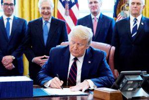 Trump firma el proyecto de ley más grande en la historia de los Estados Unidos - Cuándo los estadounidenses recibirán cheques de estímulo