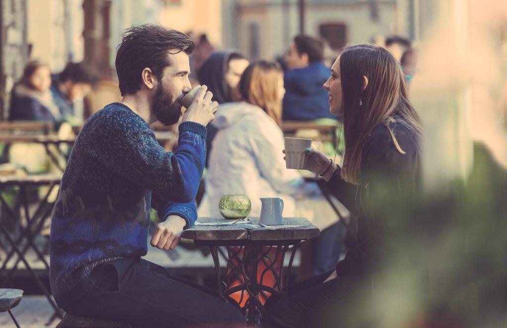 """Respuesta de 'Lagom' de Suecia al coronavirus: sin máscaras, mantenga la economía en marcha [19659018] Al ayudar a los huéspedes a practicar distancias seguras (sin servir en el bar, solo en el servicio de mesa) y al lavarse las manos, muchos cafés y restaurantes en Suecia permanecen abiertos. </figcaption></figure> <p> La nórdica confianza en las autoridades establecidas elimina la urgencia de los políticos electos suecos de decretar """" medidas duras como un """"bloqueo"""". No temen que sus calificaciones de popularidad disminuyan si no actúan """"duro"""", ya que pocos suecos encuentran atractivo al líder autoritario """"duro"""". El primer ministro es temporal, pero el banco central y la Autoridad de Salud de Suecia son organizaciones persistentes, la primera en funcionamiento desde el siglo 15. </p> <p> El país es también una de las sociedades más secularizadas del mundo <a href="""