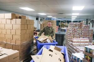 Un miembro de la Guardia Nacional de Ohio ayuda a reempacar cajas de alimentos de emergencia para su distribución en el banco de alimentos de Columbus la semana pasada.