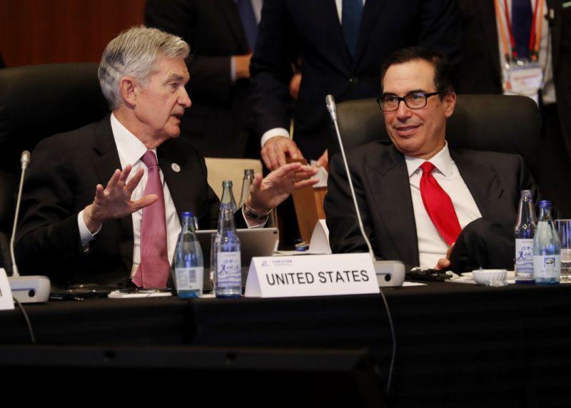 El Presidente de la Reserva Federal Jerome Powell (L) habla con el Secretario del Tesoro de los Estados Unidos Steven Mnuchin durante el Los ministros de finanzas del G20 y los gobernadores de los bancos centrales se reunieron en Fukuoka el 8 de junio de 2019. (Foto de KIM KYUNG-HOON / POOL / AFP) (Crédito de la foto debe leer KIM KYUNG-HOON / AFP a través de Getty Images)