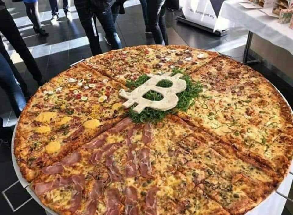 Imagen de Facebook de Part's Pizza en Bogotá [19659014] Pizza en Bogotá. Imagen de <em></noscript> Facebook </em></figcaption></figure> <p> El equipo de <em> Parte's Pizza </em> no solo ofrece grandes pizzas de doble queso a cambio de unos satoshis, sino que también tiene un amplio menú que incluye hamburguesas, papas fritas, <em> hot dogs </em> y más. Este restaurante colombiano, que se promociona como una entusiasta de <em> Bitcoin </em><strong> recibe pedidos a domicilio a través de <em> whatsapp </em>. </strong></p> <p> Además, también se les puede llegar a través de los servicios <em> entrega Rappi </em><em> Uber Eats </em> y <em> QQExpress </em>. Para los entusiastas de criptomonedas residentes en Colombia, conozca más sobre <a href=