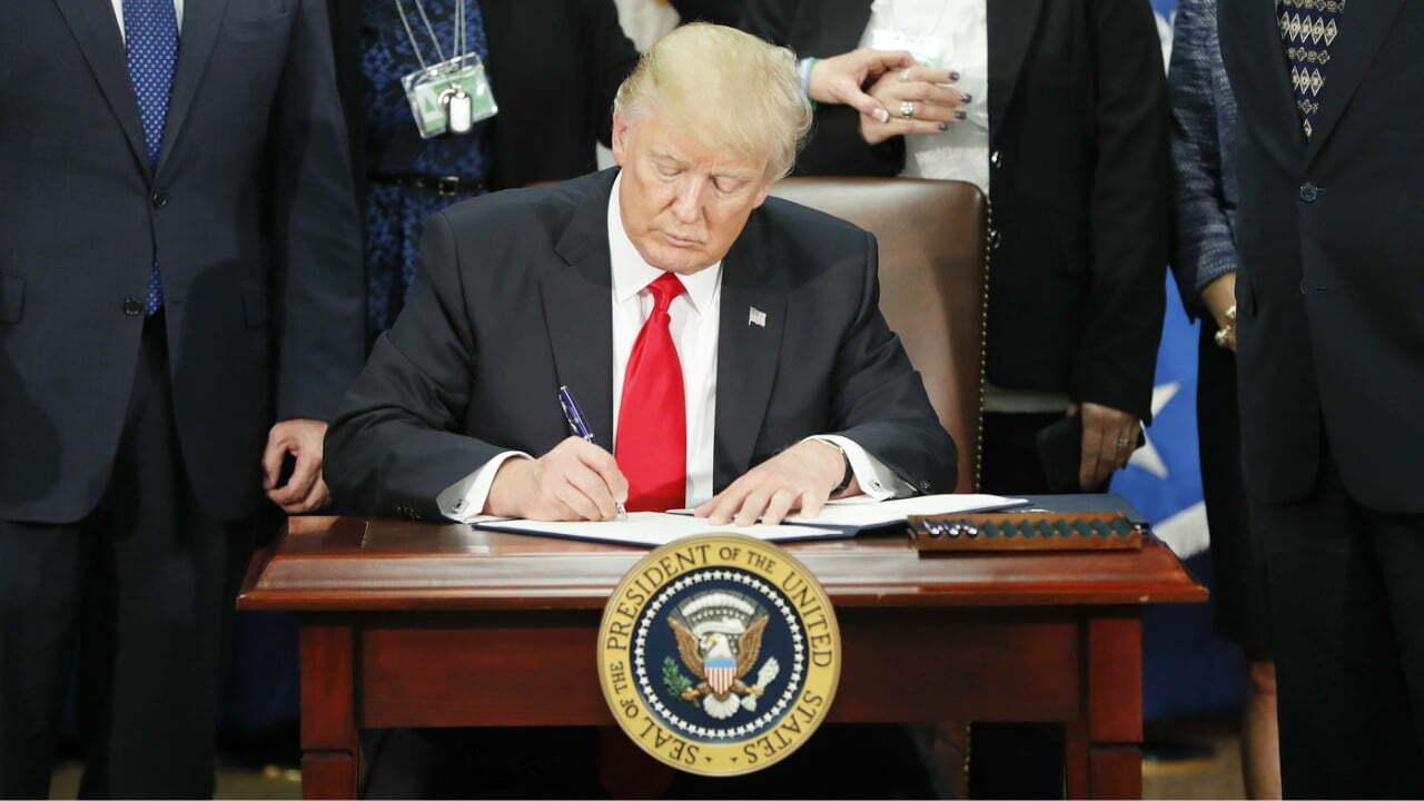 Trump firma una orden de desregulación para impulsar la recuperación económica de Estados Unidos